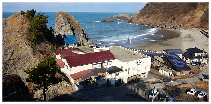 琴平荘の向こうには、三瀬海岸が広がります。 サーファーも多く、サーフィンの後に食べに来るお客さんも多いとか。