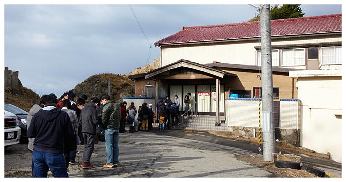 11時のオープン前には50人近くが並びます。(2014年12月末訪問時)