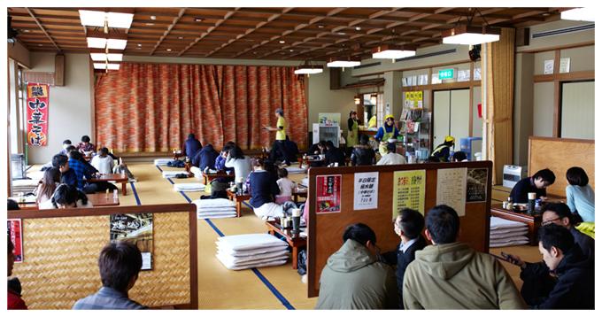 琴平 荘では大広間でラーメンを食べられます。